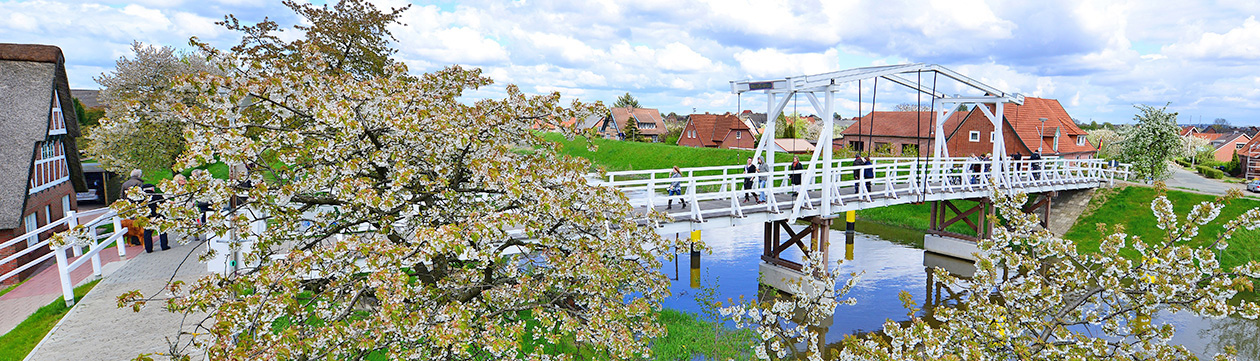 Hogendiek-Brücke über die Lühe im Alten Land 